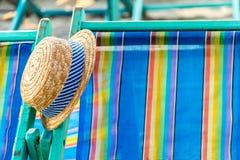 Cappello tessuto sulla sedia di spiaggia Fotografia Stock Libera da Diritti