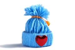 Cappello tricottato blu con un cuore Fotografia Stock Libera da Diritti