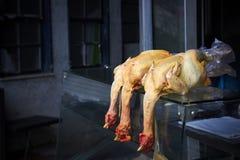Capponi morti freschi dell'azienda agricola nel mercato Immagine Stock