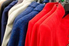 Cappotti del cashmere delle donne dei colori differenti in deposito Fotografie Stock
