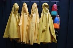Cappotti di pioggia gialli Fotografia Stock