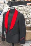 Cappotto che appende fuori sulla via fotografia stock
