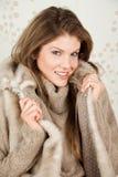 Cappotto da portare di inverno della bella donna Fotografie Stock