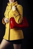Cappotto di autunno o della primavera e sacchetto rosso fotografie stock libere da diritti