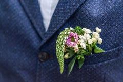 Cappotto di nozze dello sposo del fiore di boutonniere dei fiori di rosa con la maglia fotografia stock