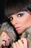 Cappotto di pelliccia da portare della bella donna Fotografia Stock