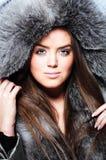 Cappotto di pelliccia da portare della bella ragazza Fotografie Stock Libere da Diritti