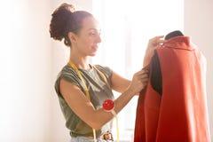 Cappotto rosso di cucito fotografia stock