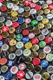 cappucci del metallo dalle bevande differenti, da birra, soda, cola, acqua minerale fotografia stock