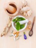 Cappucci di erbe e di erbe di erbe di sanità alternativa e asciutti freschi Fotografie Stock