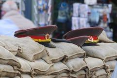 Cappucci militari sovietici sui sacchetti di sabbia Fotografia Stock Libera da Diritti