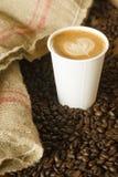 Cappuccino για να πάει Burlap φλυτζανιών εγγράφου ψημένα τσάντα φασόλια καφέ Στοκ φωτογραφία με δικαίωμα ελεύθερης χρήσης
