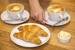Cappuccino εξυπηρέτησης με Croissants στοκ εικόνες με δικαίωμα ελεύθερης χρήσης