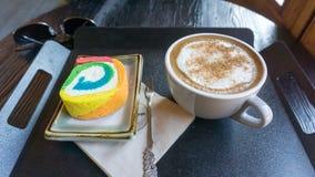 Cappuccino και παραδοσιακό κορεατικό κέικ στοκ εικόνα