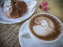 Cappuccino και brioche στον καφέ Στοκ Εικόνα