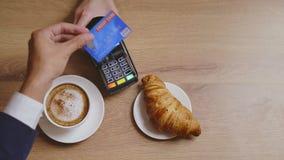 Cappuccino και croissant αγορά και πληρωμή με πιστωτική κάρτα φιλμ μικρού μήκους