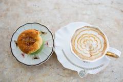 Cappuccino καφέ με το κτυπημένο γλυκό κέικ με τη λείανση στοκ φωτογραφίες