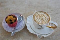 Cappuccino καφέ με το κτυπημένο γλυκό κέικ με τη λείανση στοκ εικόνα με δικαίωμα ελεύθερης χρήσης