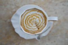 Cappuccino καφέ με το κτυπημένο γλυκό στοκ εικόνα