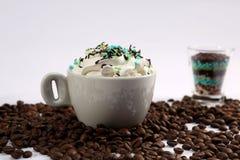 Cappuccino με τις καραμέλες στοκ εικόνες