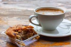 Cappuccino με το κέικ αμυγδάλων, άσπρο φλυτζάνι καφέ στοκ φωτογραφίες