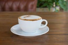 Cappuccino στο άσπρο φλυτζάνι καφέ στον ξύλινο πίνακα, χρόνος καφέ Στοκ φωτογραφίες με δικαίωμα ελεύθερης χρήσης
