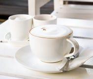 Cappuccino auf dem Tisch Lizenzfreie Stockbilder