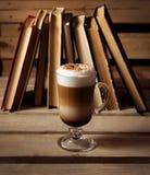 Cappuccino auf dem Tisch und Bücher Stockbilder