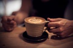 Cappuccino auf einem Holztisch Stockbilder