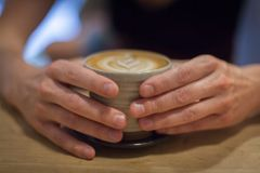 Cappuccino auf einem Holztisch Stockfotos