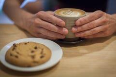 Cappuccino auf einem Holztisch Stockfoto
