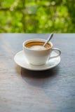 Cappuccino auf einem Holztisch am Abend stockbild