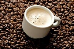 Cappuccino auf Kaffeebohnen Lizenzfreies Stockfoto