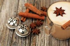 Cappuccino avec des bâtons de cannelle d'étoile Tintement du carillon deux argenté Image libre de droits
