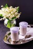 Cappuccino avec la lavande et le sirop et les fleurs de chocolat Images stock