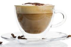 Cappuccino avec la poudre de chocolat sur le backgrou blanc image stock