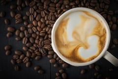Cappuccino avec la vue supérieure de grains de café Photos libres de droits