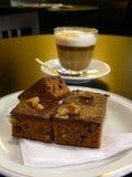 Cappuccino avec le 'brownie' Photographie stock libre de droits