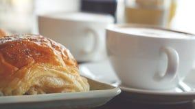 Cappuccino avec un petit pain français pour le petit déjeuner Images libres de droits