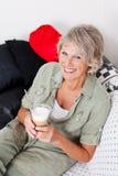 Cappuccino bebendo de sorriso da mulher superior Foto de Stock