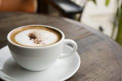 Cappuccino caldo al caffè esterno Immagini Stock Libere da Diritti