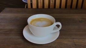 Cappuccino caldo sulla tavola stock footage