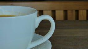 Cappuccino caldo sulla tavola video d archivio