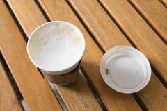 cappuccino caldo in tazza di carta Fotografia Stock Libera da Diritti