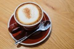 Cappuccino caldo in una tazza immagine stock