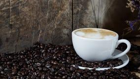Cappuccino chaud avec du lait coulé Photos libres de droits
