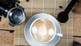 Cappuccino chaud avec du lait coulé image stock