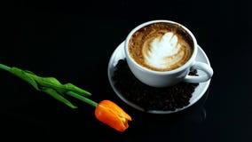 Cappuccino chaud avec du lait coulé images libres de droits