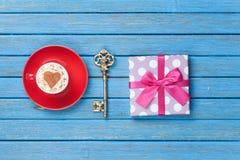Cappuccino, chiave e contenitore di regalo Fotografia Stock