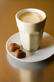 Cappuccino com chocolates Foto de Stock Royalty Free